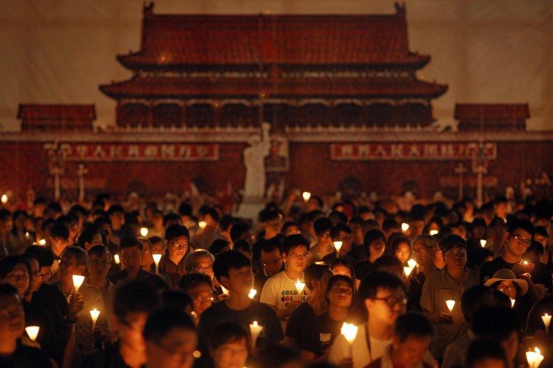 香港支聯會4日在維多利亞公園舉行燭光晚會,悼念六四天安門事件27周年(美聯社)