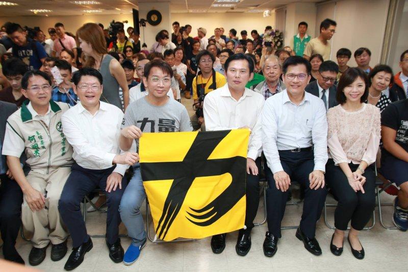時代力量5日在台中成立黨部,民進黨籍市長林佳龍親自到場祝賀。(時代力量提供)