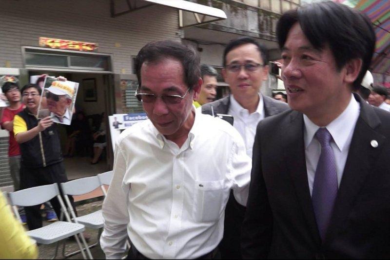 台北市市長賴清德五二0回萬里老家,南鐵自救會喊著口號,高舉居民遺像抗議,賴清德快步離開。(南鐵青年臉書/作者提供)