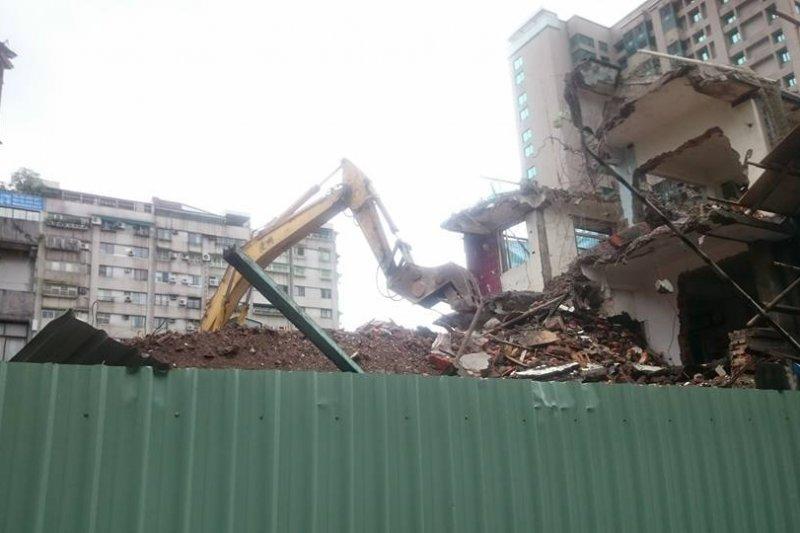 永春都更案北市府遭台北高等行政法院宣告撤銷處分,但建商6日卻突開怪手強拆。(取自彭龍三臉書)