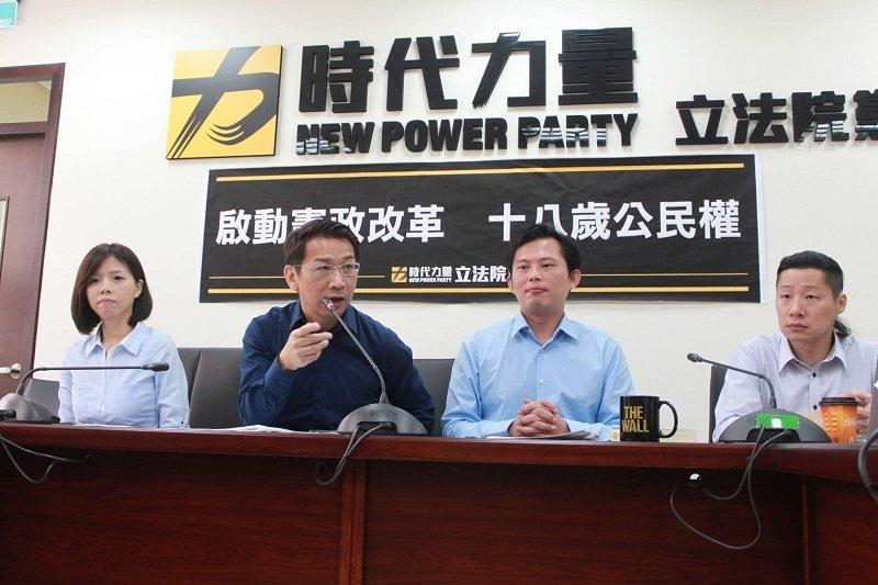 時代力量記者,呼籲啟動修憲改革。(取自時代力量臉書)