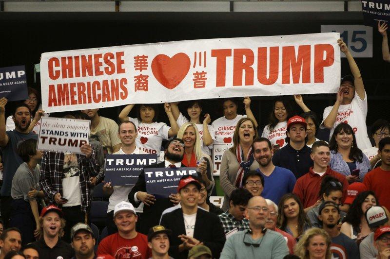 熱情支持川普競選總統的美國華人。(美聯社)