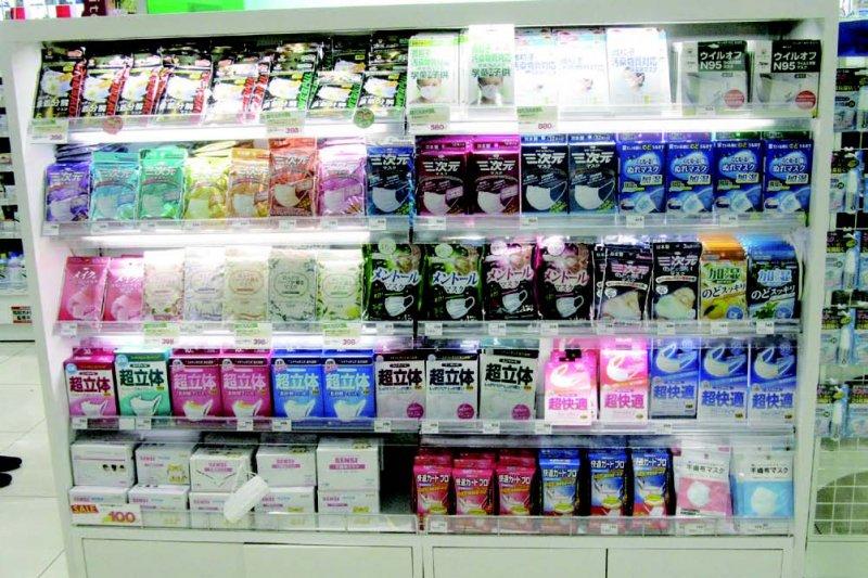 如今,口罩就占了日本藥妝店賣場不小空間,有多姿多彩的款式和功能。(圖/貓頭鷹出版提供)
