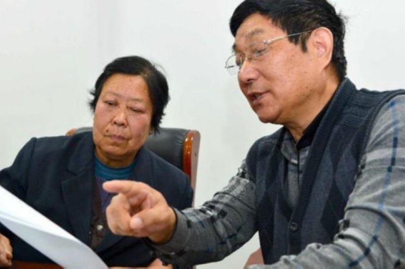 聶樹斌的母親和代表律師在2015年時審閱有關法庭文件。(BBC中文網)