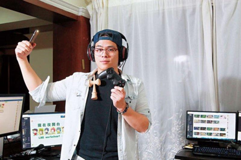 蘇志翔,人氣實況主,兩坪大的自家小房間就是他的直播間,從小學生到阿嬤都是粉絲。(攝影者.楊文財)