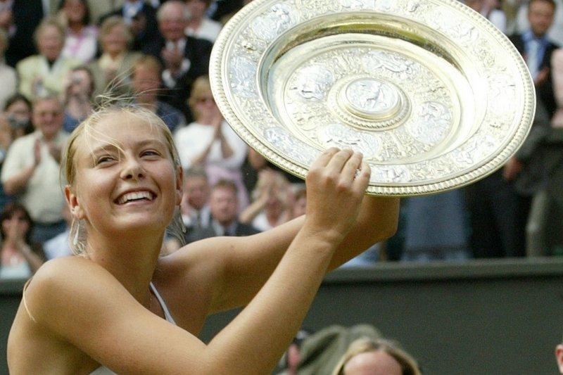 莎拉波娃2004年拿到溫布頓(Wimbledon)網球賽冠軍,一鳴驚人(美聯社)