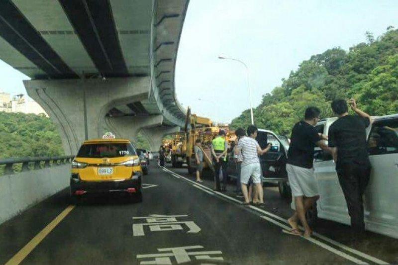 端午節當天五楊高架車禍導致塞車。(蔡志宏攝)