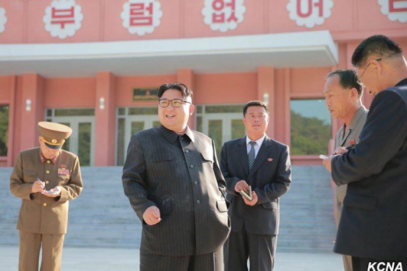 北韓最高領導人金正恩日前視察萬景台少年團夏令營,菸不離手(KCNA)