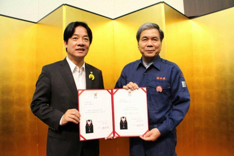 台南市長賴清德代表台南市捐贈善款給熊本縣。(台南市政府提供)