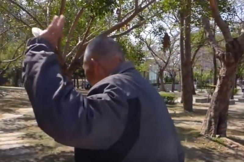 自稱是「公民記者」的洪素珠辱罵老榮民,引起巨大爭議。(取自Youtube影片)