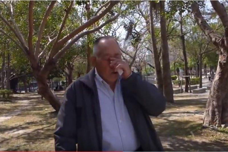 自稱公民記者的台灣民政府成員洪素珠怒責一位榮民是「中國難民」,並將影片上傳至社群媒體,網友也立即備存。(翻攝自YouTube)