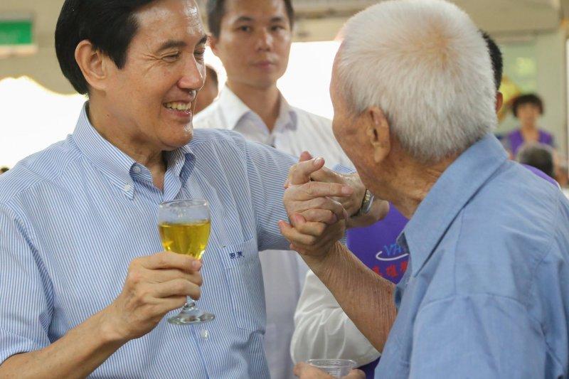 前總統馬英九(左)在臉書表示,「榮民」是「榮譽國民」的簡稱,他們的榮譽來自對臺灣的三大貢獻。(取自馬英九臉書)