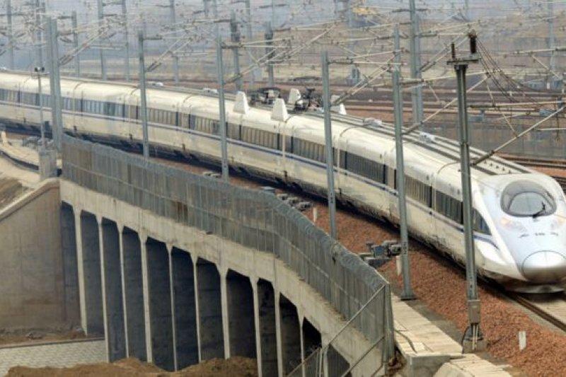中國高鐵近年來實現高速發展,在過去12年間建設了長達17000公里的世界最大高鐵網絡。(BBC中文網)