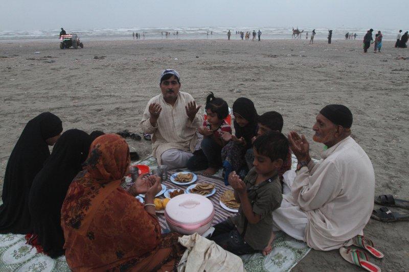 巴基斯坦的穆斯林在進食前禱告。穆斯林在齋戒月期間的白天禁止飲食,(美聯社)