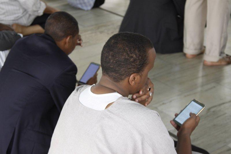 肯亞的穆斯林們正用智慧型手機看古蘭經。(美聯社)