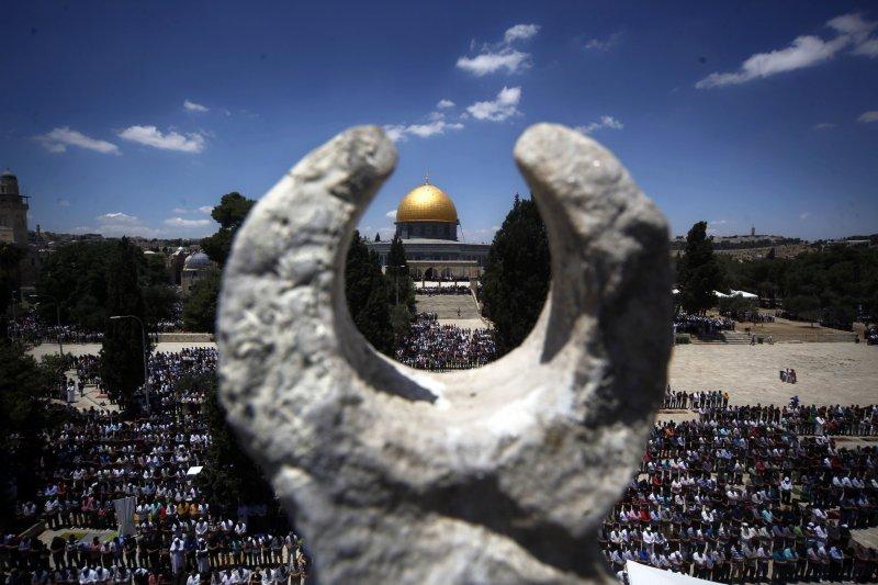 大批巴勒斯坦的穆斯林在齋戒月期間,在位於耶路撒冷舊城聖殿山的阿克薩清真寺從事禮拜。(美聯社)