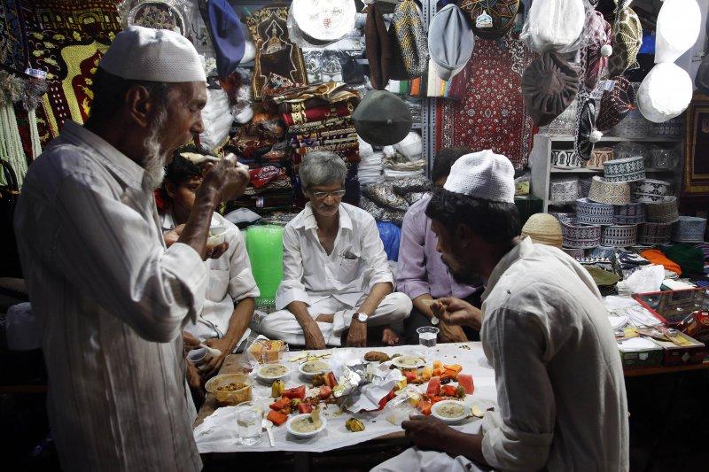 印度孟買的穆斯林在齋戒月期間進食。(美聯社)