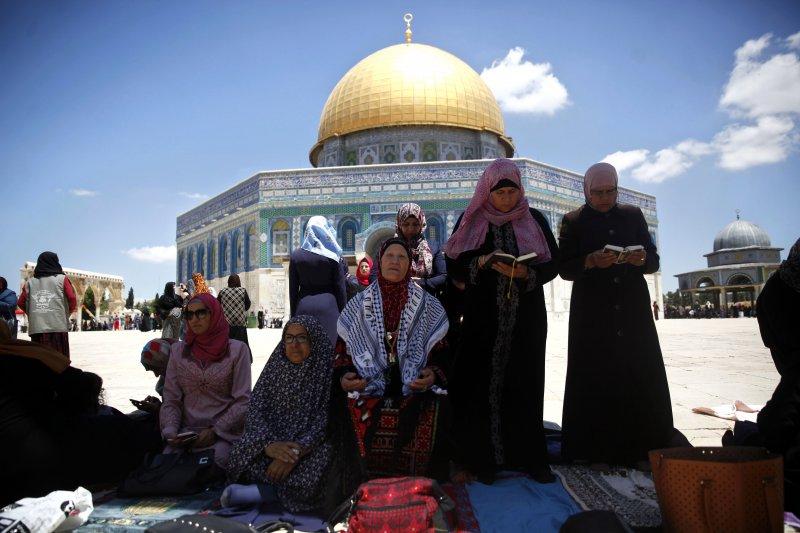 巴勒斯坦的穆斯林在齋戒月期間,在位於耶路撒冷舊城聖殿山的阿克薩清真寺從事禮拜。(美聯社)