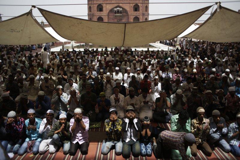 印度新德里的穆斯林在齋戒月期間進行禮拜。(美聯社)