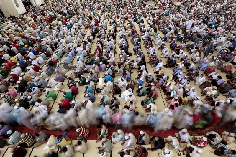孟加拉首都達卡的穆斯林在齋戒月期間從事禮拜。(美聯社)