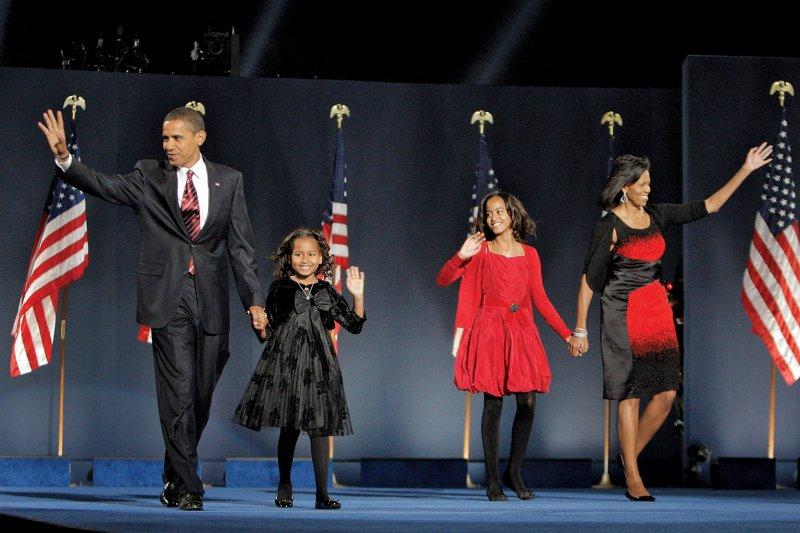 美國總統歐巴馬在2008年當選後,偕同家人出席在芝加哥的勝選演說。(美聯社)