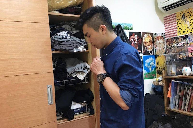 每天早上7:30左右起床,準備一下資料。因為行銷人員需要跟客戶介紹、也有到各個學校或機關進行推廣,所以他會花一點時間打理自己的服裝。