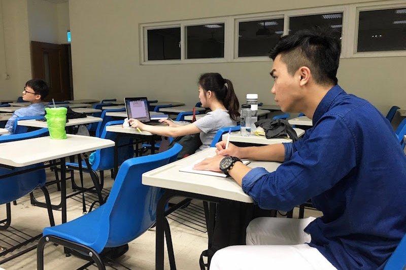 在學校裡的課程是關於視覺傳達方面的,在工作上也能用的到,所以他也更專心。