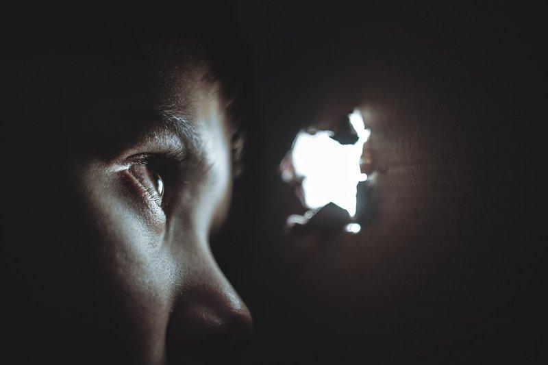 社群媒體像一座洞穴,我們躲在裡頭,可以決定要讓人看見什麼,卻也更加孤獨。(圖/pixabay)