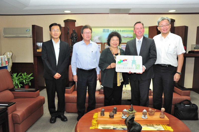 ICLEI秘書長Gino Van Begin 13日拜會市長陳菊(中),雙方就續約及盛典辦理情形交換意見。(高雄市政府提供)