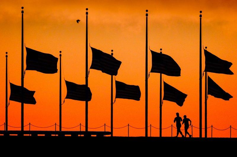 華盛頓紀念碑旁的美國國旗降下半旗,哀悼奧蘭多恐攻的受難者。(美聯社)