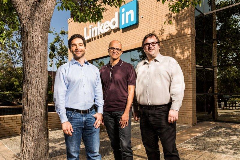 以262億美元買下LinkedIn是納德拉(圖中者)出任微軟執行長將近兩年來最大一筆併購案。(圖/微軟)