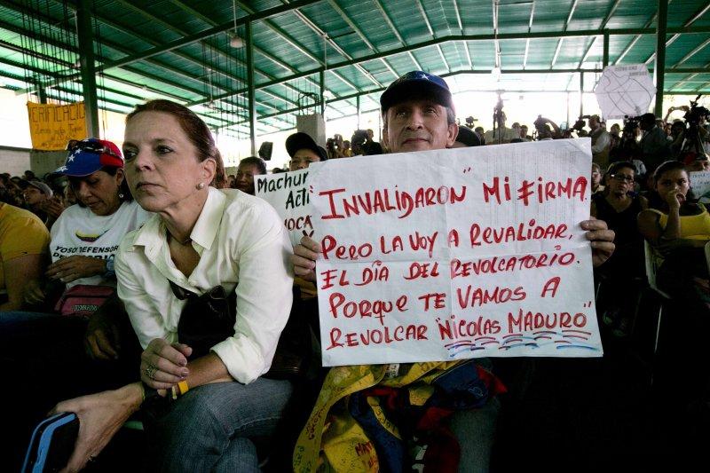 委內瑞拉的民眾要求馬杜洛下台,並聲稱要「用罷免擊敗你」。(美聯社)