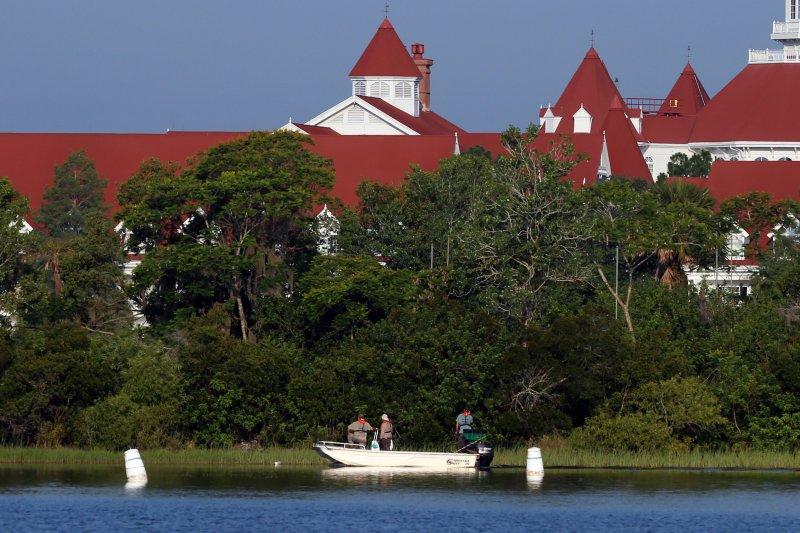 迪士尼大佛羅里達人溫泉度假飯店(紅色建築物)與七海湖。(美聯社)