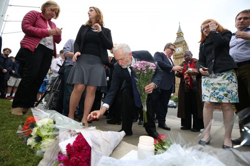 哀傷的民眾在倫敦的國會大廈外獻花悼念柯克斯(Jo Cox)。(美聯社)