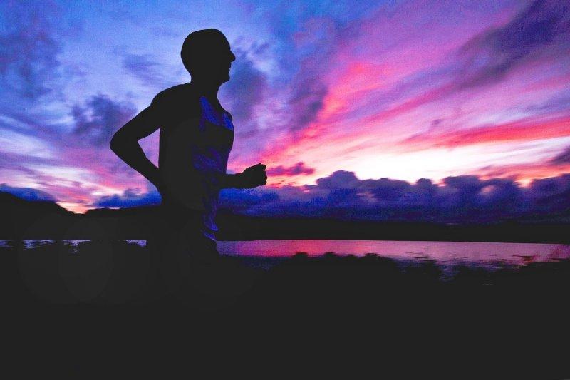 女性 腎虛 尿頻吃什麼藥 - 星光路跑藏危機!男子夜跑熱到昏,肛溫直衝41度,只因沒做這件事