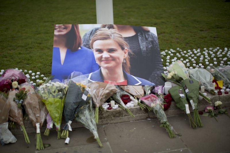 人們在遇害女議員柯克斯(Jo Cox)的照片前擺上花束。(美聯社)