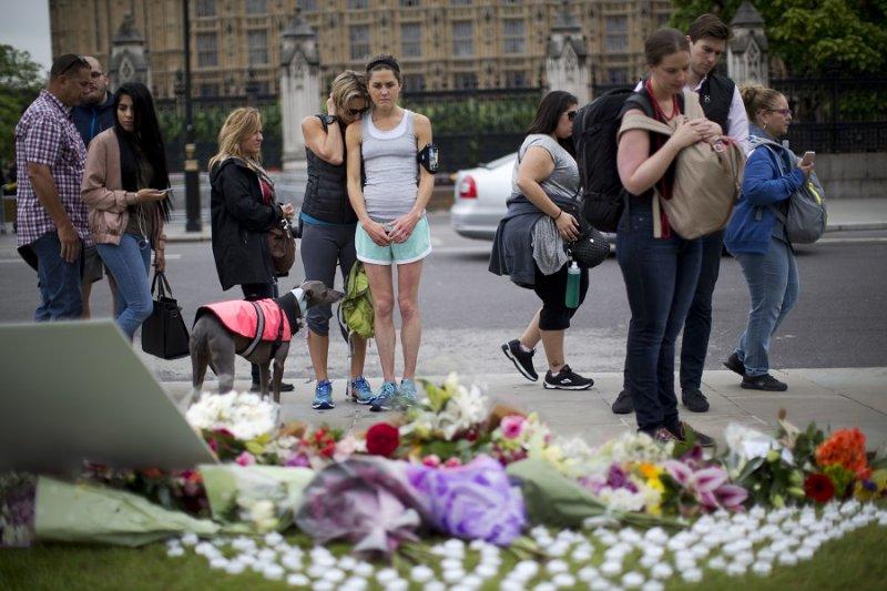 倫敦國會廣場上對柯克斯致意的民眾及鮮花(美聯社)