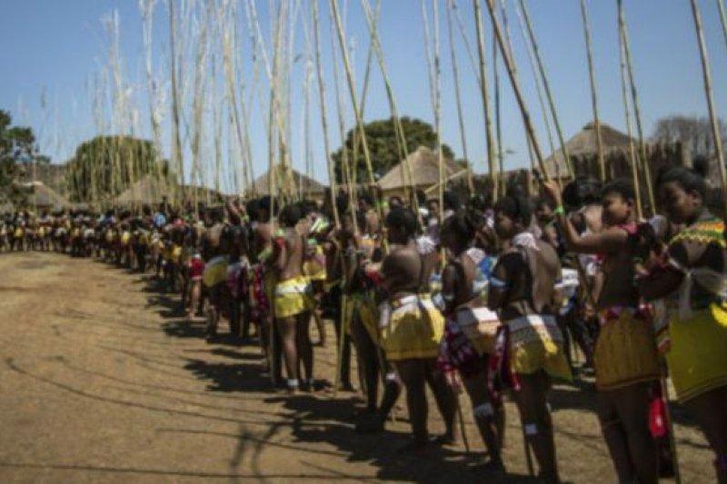 南非祖魯王每年都會主持檢驗女生是否為處女的活動。(BBC中文網)