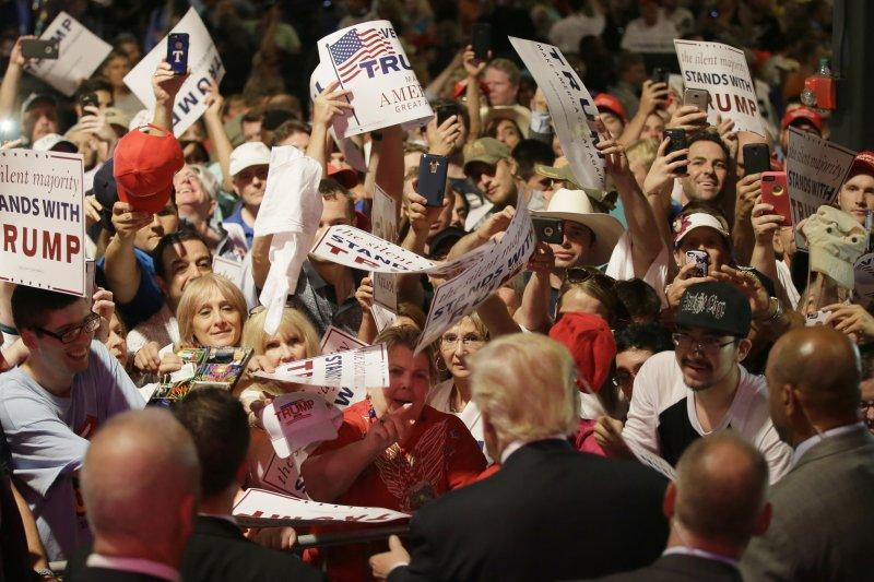 德州達拉斯的民眾歡迎川普到來。(美聯社)