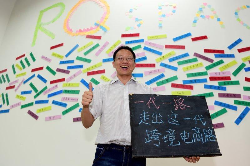 台灣創客曾信軒在廈門海滄創業廣場內展示創業感言(新華社)