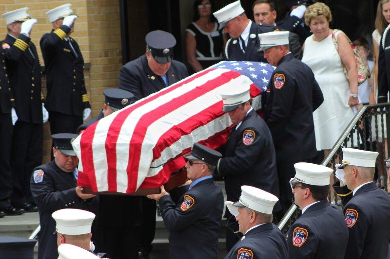 紐約消防局17日為九一一事件罹難消防員史塔克(Lawrence Stack)舉行葬禮(美聯社)