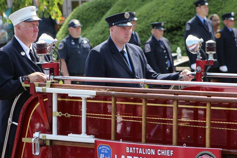 紐約消防局17日為九一一事件罹難消防員史塔克(Lawrence Stack)舉行葬禮,他的兩個消防員兒子送父親一程。(美聯社)