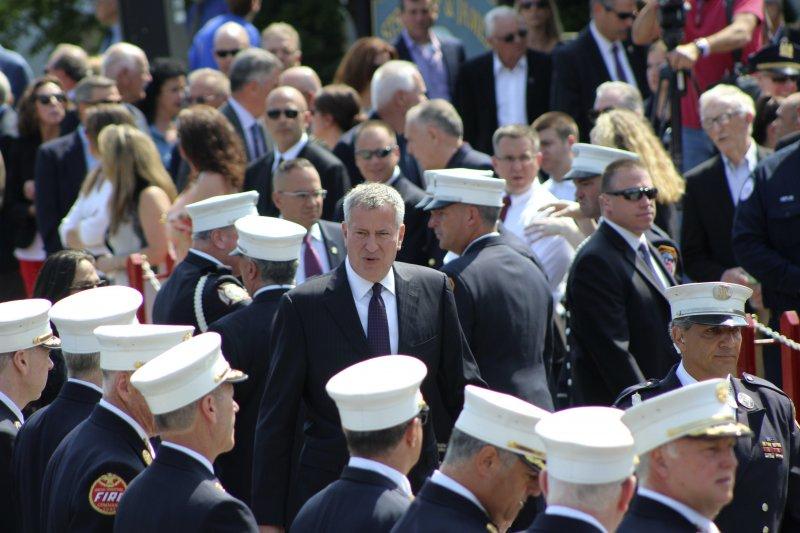 紐約消防局17日為九一一事件罹難消防員史塔克(Lawrence Stack)舉行葬禮,市長白思豪到場致意。(美聯社)