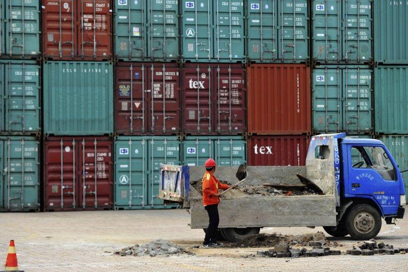 中國民間投資增速下滑,但台灣經濟真的能「脫中」嗎?(美聯社)