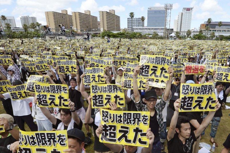 6萬多名沖繩縣民19日參加集會,抗議駐日美軍惡行。(美聯社)