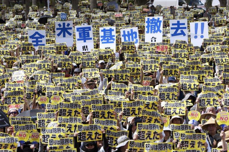 6萬多名沖繩縣民19日參加集會,要求美軍基地全面退出沖繩。(美聯社)