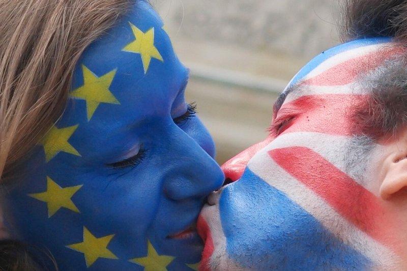 德國柏林宣傳人士以「吻去仇恨,續留歐盟」的活動支持英國親歐陣營(美聯社)