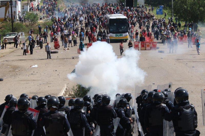 墨西哥警方與示威者對峙。(美聯社)