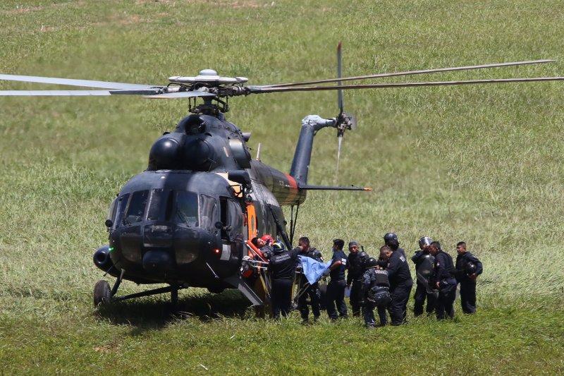 一名受傷警員被送上直升機離開。(美聯社)