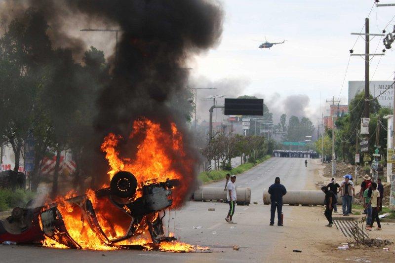 示威者焚燒汽車。(美聯社)